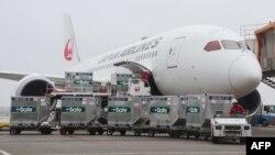 រូបឯកសារ៖ ឥវ៉ាន់ត្រូវគេលើកដាក់ចូលយន្តហោះរបស់ក្រុមហ៊ុនអាកាសចរណ៍ជប៉ុន Japan Airlines ដែលចតនៅអាកាសយានដ្ឋាន Narita ប្រទេសជប៉ុនកាលពីថ្ងៃទី៤ ខែមិថុនា ឆ្នាំ២០២១ ហើយដែលត្រូវដឹកវ៉ាក់សាំង AstraZeneca ជាអំណោយរបស់រដ្ឋាភិបាលជប៉ុនទៅឱ្យកោះតៃវ៉ាន់។