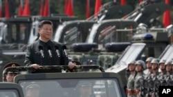 Presiden China Xi Jinping menginspeksi pasukan Tentara Pembebasan Rakyat garnisun Hong Kong, 30 Juni 2017.