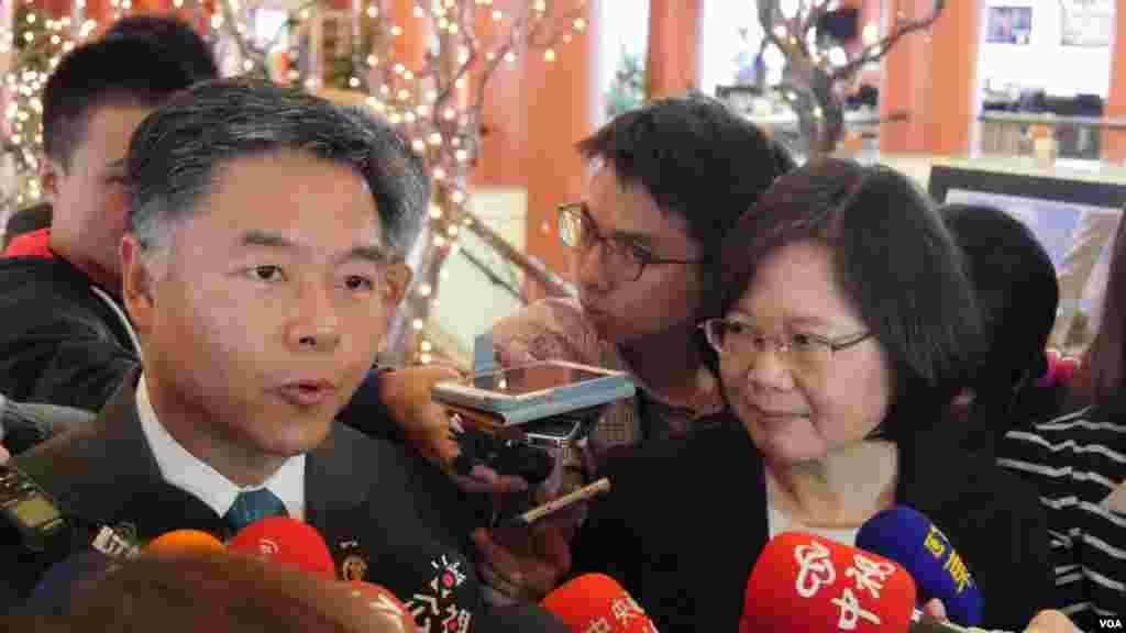 美国国会众议员刘云平和蔡英文(美国之音包小祥拍摄)