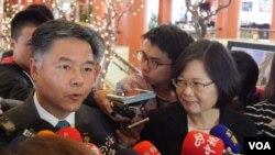 众议员刘云平和蔡英文(美国之音包小祥拍摄)