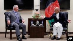 Le secrétaire d'État, Rex Tillerson, à gauche, s'entretient avec le président afghan Ashraf Ghani le 23 octobre 2017, à Bagram Air Field, en Afghanistan.