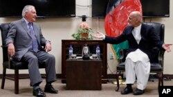 Menlu AS Rex Tillerson bertemu dengan Presiden Afghanistan Ashraf Ghani di pangkalan udara Bagram, Senin (23/10).