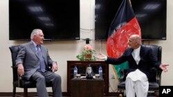 លោករដ្ឋមន្ត្រីការបរទេស Rex Tillerson (រូបឆ្វេង) ពិភាក្សាជាមួយនឹងលោកប្រធានាធិបតីអាហ្វហ្គានីស្ថាន Ashraf Ghani កាលពីថ្ងៃទី២៣ ខែតុលា ឆ្នាំ២០១៧។