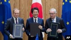 Thủ tướng Nhật Shinzo Abe, giữa, Chủ tịch Hội đồng Liên minh châu Âu Donald Tusk, trái, và Chủ tịch Ủy ban Liên minh châu Âu Jean-Claude Junker cùng chụp ảnh chung sau khi ký kết một hiệp định thương mại tự do hôm 17/7 tại Tokyo, Nhật Bản.