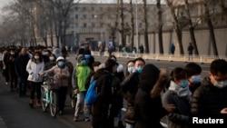 北京市民排队接受新冠病毒核酸检测。(2021年1月22日)