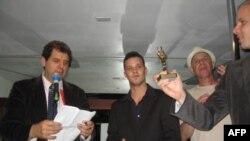 Основатель и директор фестиваля Рич Росси (крайний слева) вручает призы победителям киносмотра прошлого года