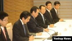 아베 신조 일본 총리(왼쪽 두번째)가 15일 도쿄 지요다 구의 총리 관저에서 서청원 새누리당 의원 등 한일의원연맹 소속 의원들의 예방을 받은 자리에서 발언하고 있다.