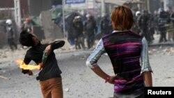 កម្មករម្នាក់ចោលដបភ្លើងក្រោយពីមានការប៉ះទង្គិចជាមួយក្រុមប៉ូលិសក្នុងអំឡុងការតវ៉ាមួយនៅរាជធានីភ្នំពេញកាលពីថ្ងៃទី៣ខែមករាឆ្នាំ២០១៤។ គណបក្សទាំងពីរមានការខ្វែងគំនិតគ្នាចំពោះថាភាគីណាជាអ្នកទទួលខុសត្រូវចំពោះអំពើហិង្សានិងការស្លាប់មនុស្ស។ លោក ប្រេត អាដាំស៍ (Brad Adams) នៃអង្គការ Human Rights Watch ថាមេដឹកនាំគណបក្សប្រឆាំងមិនជាប់ទាក់ទងនឹងបាតុកម្មហិង្សាទេ។