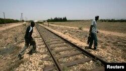 Un immigrant passe la frontière entre l'Algérie et le Maroc près de la ville d'Ouja, le 26 juin 2008.