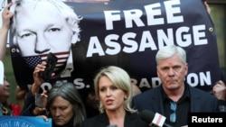 Kristinn Hrafnsson ຫົວໜ້າບັນນາທິການ ຂອງ Wikileaks ກັບ Jennifer Robinson ລົມກັບສື່ມວນຊົນ ຢູ່ນອກສານ ທີ່ Westminster ລຸນຫັລງ Julian Assange ຜູ້ກໍ່ຕັ້ງຮ່ວມຂອງ Wikileaks ຖືກຈັບ ໃນ London ວັນທີ 11 ເມສາ 2019.