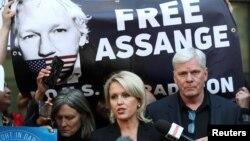"""""""WikiLeaks"""" bosh muharriri Kristin Xrafnson va advokat Jennifer Robinson Julian Assanjning hibsga olinishiga qarshi bayonot bermoqda. London, 11-aprel, 2019-yil."""