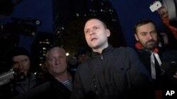 22일 모스크바의 러시아 연방 수사위원회 앞에서 야권 인사들의 체포에 항의하는 야권 지도자 세르게이 우달초프(가운데).