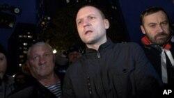 Aktivis oposisi Rusia Sergei Udaltsov (tengah) diancam dengan hukuman penjara sampai 10 tahun penjara (foto: dok).