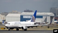 美国联合航空公司的客机停在新泽西州纽瓦克的机场上