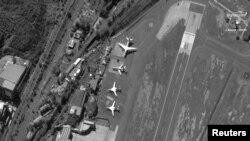 Российские Ту-160, Ил-62 и Ан-124 в аэропорту Каракаса в декабре прошлого года. Спутниковый снимок