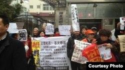 武漢訪民在湖北兩會召開期間上訪(博訊圖片/訪民提供)