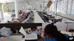 Bệnh nhân được điều trị tại trung tâm dịch tả ở Haiti, ngày 24/2/2016.