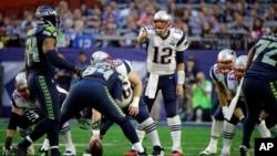 Pemain belakang New England Patriots quarterback Tom Brady (12) dalam pertandingan final dengan Seattle Seahawks dalam babak pertama NFL Super Bowl XLIX (1/2) di Glendale, Arizona. (AP/David Goldman)