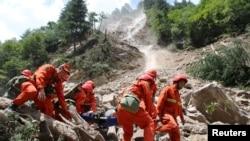 Des secouristes transportent des survivants après le séisme dans le comté de Jiuzhaigou, à Sichuan, Chine, 9 août 2017.