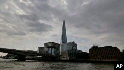 Menara pencakar langit Shard di pusat kota London, Inggris (foto: ilustrasi). Laporan menyatakan sebuah drone kecil nyaris menabrak pesawat A320 di atas London.