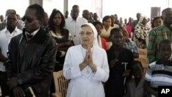 Cristianos oran en Jartún durante una misa la pasada Navidad.