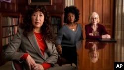 "Aktris Sandra Oh (kiri) bersama Nana Mensah dan Holland Taylor dalam sebuah adegan di serial ""The Chair"" (dok: Eliza Morse/Netflix via AP)"