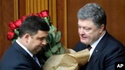 볼로디미르 그로이스만 우크라이나 신임 총리(왼쪽)가 14일 페트로 포로셴코 대통령으로부터 축하 꽃다발을 받고 있다.