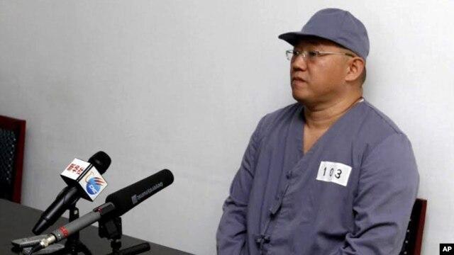 American missionary Kenneth Bae speaks to reporters at Pyongyang Friendship Hospital in Pyongyang, North Korea, Jan. 20, 2014.