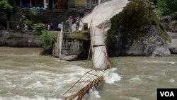 وادی نیلم میں پل گرنے سے 25 سیاح ڈوب گئے