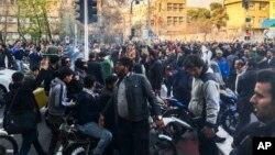 지난달 30일 이란 테헤란에서 반정부 시위대가 경제난에 항의하는 시위를 벌이고 있다.