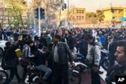 En esta foto tomada por un individuo no empleado por Associated Press y obtenida por la AP fuera de Irán, los manifestantes se reúnen para protestar contra la débil economía de Irán, en Teherán, Irán, el sábado 30 de diciembre de 2017.