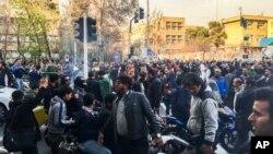 Para demonstran berkumpul untuk memprotes perekonomian Iran yang melemah, di Teheran, Iran, 30 Desember 2017. Foto yang diambil oleh individu yang tidak bekerja untuk AP dan didapat dari luar Iran.