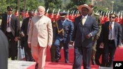Le Premier ministre indien Narendra Modi, 2e à gauche, aux côtés du président ougandais Yoweri Museveni, à droit, à la State House Entebbe, à environ 42 Km de la capitale Kampala, Ougand, 24 juillet 2018.