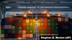 資料照片:停靠在喬治亞州薩凡納港的集裝箱貨輪。 (2021年9月29日)
