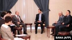 Presiden Suriah, Bashar al-Assad (tengah) menerima kelompok anggota parlemen Rusia dan pejabat lain di Damaskus, Minggu (25/10).
