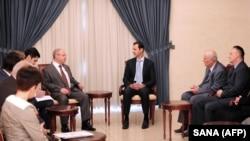 叙利亚总统阿萨德(中)在大马士革会晤到访的俄罗斯议会代表团。(2015年10月25日)