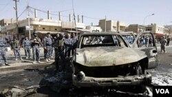Polisi Irak memeriksa lokasi ledakan bom di Kirkuk, sekitar 250 kilometer utara Baghdad (15/8).