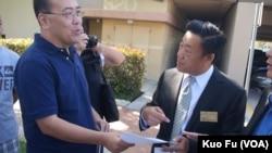 為首的抗議者鄭存柱遞交抗議書給蒙市書記陳傳文(美國之音國符拍攝)