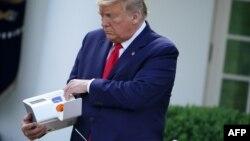 Prezident Tramp koronavirusning yangi turdagi test sistemasi bilan, Oq uy, 30-mart, 2020