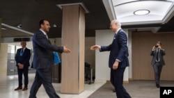 """联合国叙利亚问题特使德米斯图拉(右)在抵达日内瓦参加叙利亚和谈时,准备和叙利亚主要反对派""""最高谈判委员会""""的领袖哈里里握手。(2017年2月27日)"""