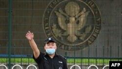 美國駐北京大使館外的一名中國保安在做手勢。 (2020年9月12日)