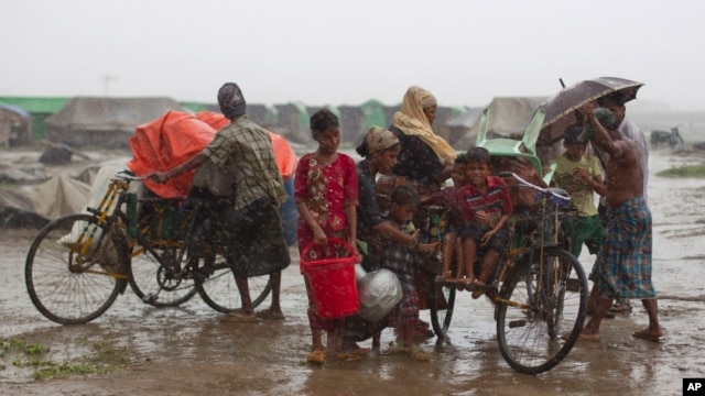 Internally displaced Rohingya people load rickshaws with children and belongings to leave their camp in Sittwe, northwestern Rakhine State, Burma, May 16, 2013.