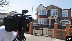 영국주재 북한 대사관 태영호 공사의 한국 망명 사실이 확인된 17일, 취재 카메라가 런던의 북한 대사관 입구를 촬영하고 있다. (자료사진)