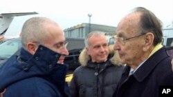 Ruski magnat Mihail Hodorkovski rukuje se na aerodromu sa bivšim šefom nemačke diplomatije Hansom Ditrihom Genšerom
