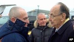 2013年12月20日,前德國外交部長根舍在柏林的捨內菲爾德機場歡迎霍多爾科夫斯基