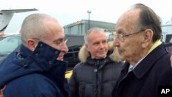 Former German Foreign Minister Hans-Dietrich Genscher (r) welcoming Russian oligarch Mikhail Khodorkovsky at the airport in Berlin-Schoenefeld, Dec. 20, 2013.