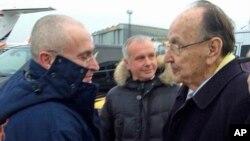 Mantan Menlu Jerman, Hans-Dietrich Genscher (kan) menyambut kedatangan taipan minyak Rusia, Mikhail Khodorkovsky (kiri) di bandara internasional Berlin-Schoenefeld, Jumat (20/12).