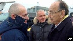 Berlinin Schoenefeld hava limanında Almaniya xarici işlər naziri Hans-Ditrix Genşer Yukos neft şirkətinin sabiq rəhbərini qarşılayır. 20 dekabr, 2013.