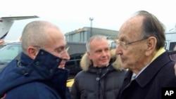 前德国外交部长根舍在柏林的舍内菲尔德机场欢迎霍多尔科夫斯基