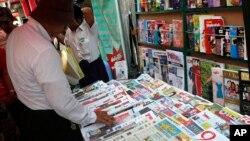 지난 12일 버마 양곤의 한 가판대에 일간지와 주간지들이 진열돼있다. (자료사진)